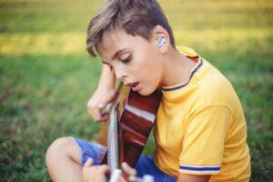 ragazzo sordo con chitarra