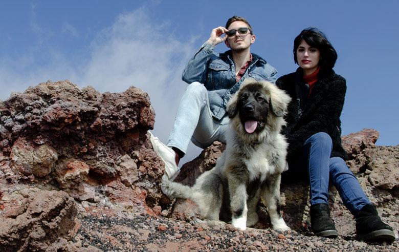 ragazzi con pastore del caucaso